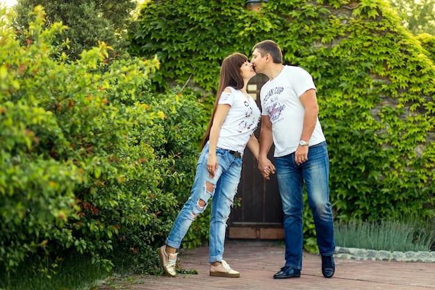 Jong romantisch koppel hebben plezier, genieten van elkaar in het groene zomerpark.