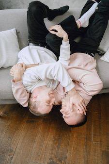 Jong romantisch lgbtq-paar brengt dag door met knuffelen en ontspannen op de bank. verschillende familie levensstijl concept.