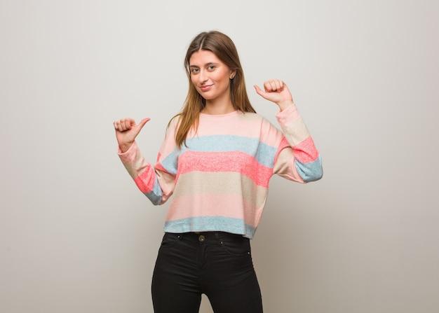 Jong russisch meisje dat en pret danst heeft