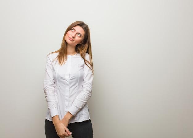 Jong russisch meisje die dromen van het bereiken van doelen en doeleinden
