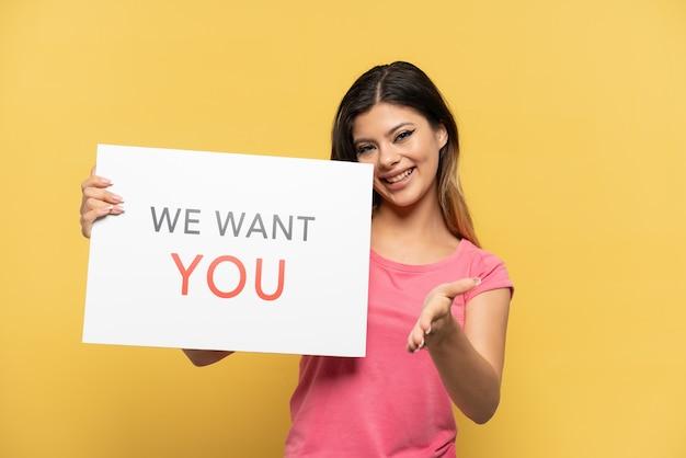 Jong russisch meisje geïsoleerd op gele achtergrond met we want you aan boord om een deal te sluiten