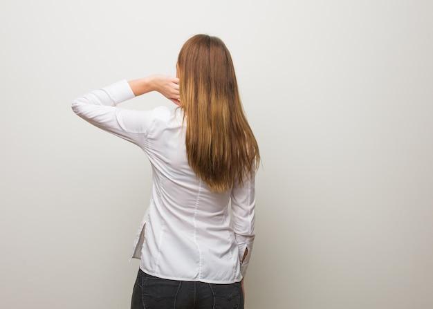 Jong russisch meisje van achteren die over iets denken