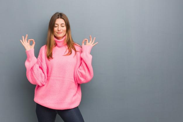 Jong russisch natuurlijk meisje dat yoga uitvoert