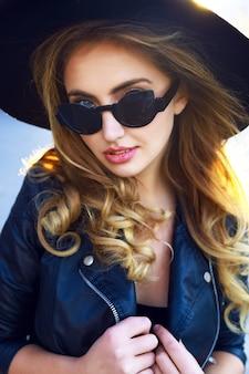 Jong sensueel mooi stijlvol blond meisje, met verbazingwekkende lange gekrulde haren