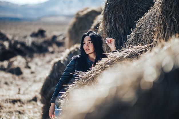 Jong sexy donkerbruin meisje in de natuur. kazachse jonge vrouw geniet lente ochtend en winter in het haar