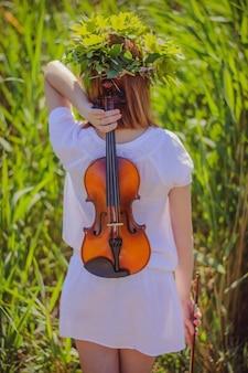 Jong slavisch meisje met een viool op haar rug