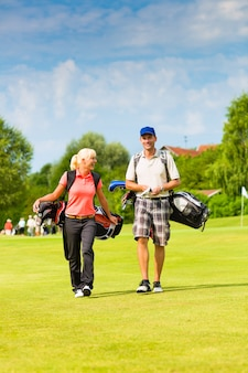 Jong sportief paar golfspel op een cursus
