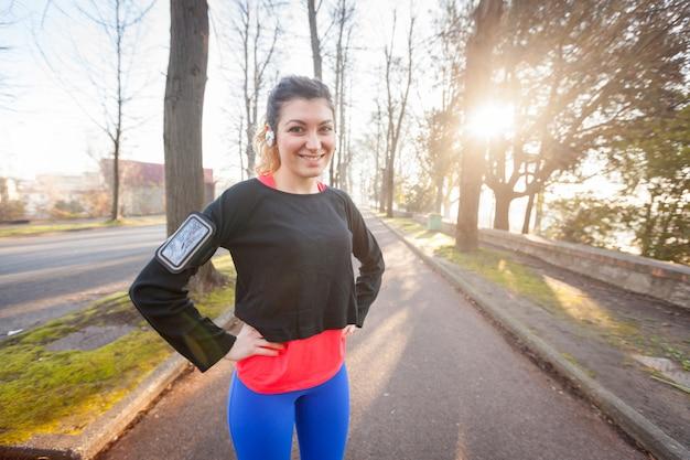Jong sportief vrouwenportret bij park