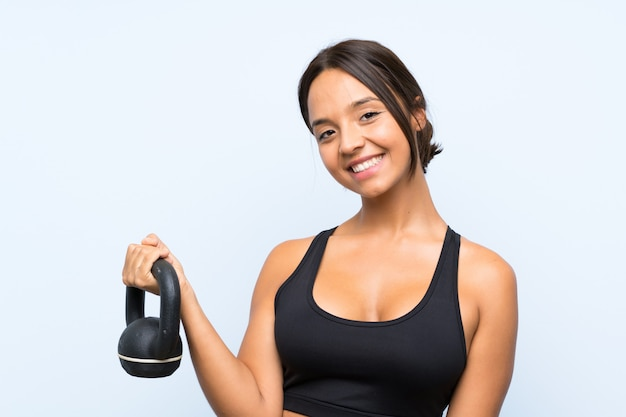 Jong sportmeisje die gewichtheffen met kettlebell maken