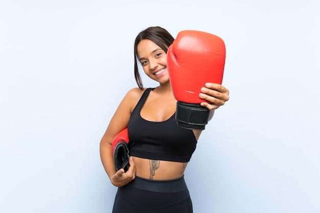 Jong sportmeisje met bokshandschoenen