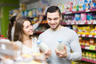 Jong stel bij supermarkt
