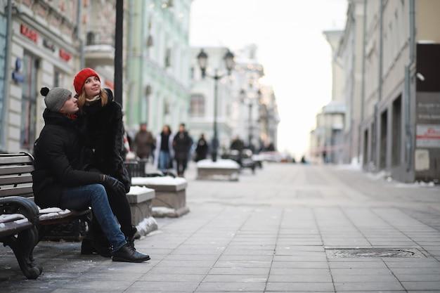 Jong stel dat door de winterstad loopt