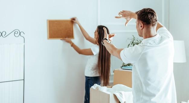 Jong stel dat het interieur van hun nieuwe appartement uitvindt. foto met een kopie-ruimte.