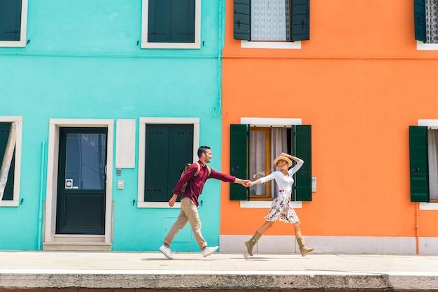 Jong stel dat plezier heeft tijdens een bezoek aan venetië - toeristen die in italië reizen en de meest relevante bezienswaardigheden van venezia bezoeken - begrippen over levensstijl, reizen, toerisme