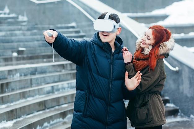 Jong stel ervaart virtual reality (vr) op straat