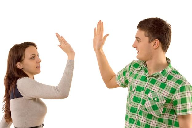 Jong stel geeft zichzelf een high five