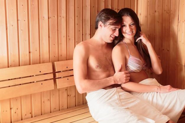 Jong stel in de sauna