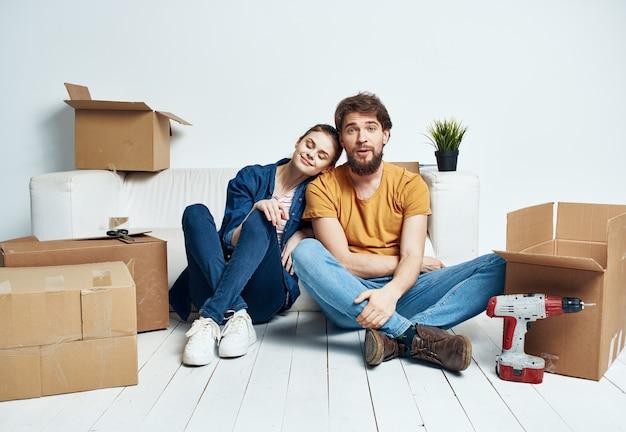 Jong stel in hun nieuwe appartement met verhuisdozen