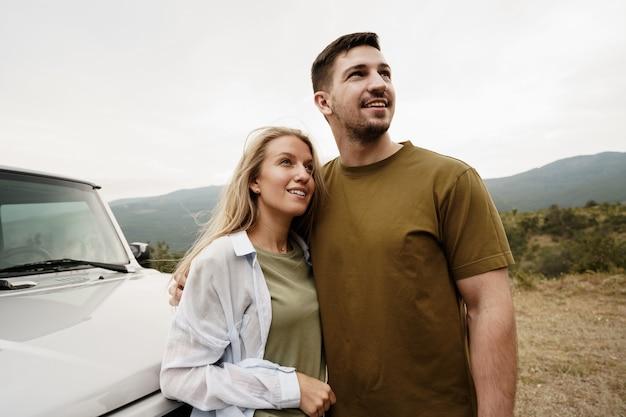 Jong stel is op romantische reis naar de bergen met de auto