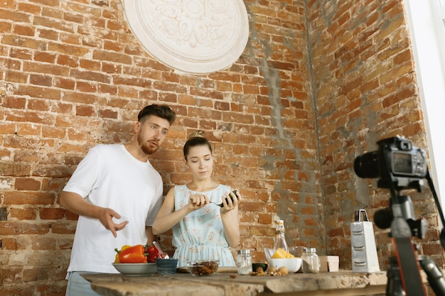 Jong stel kookt en neemt live video op voor vlog en sociale media