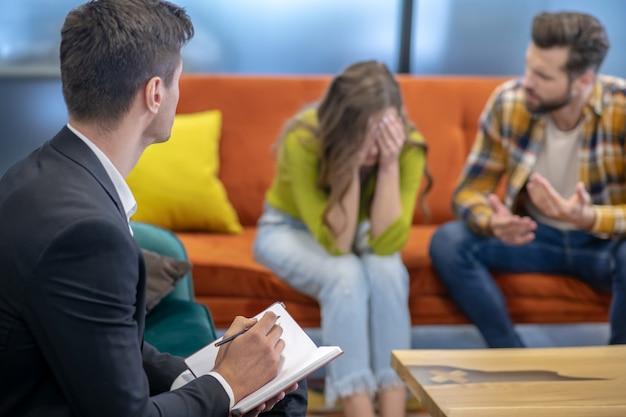 Jong stel met een argument tijdens therapie