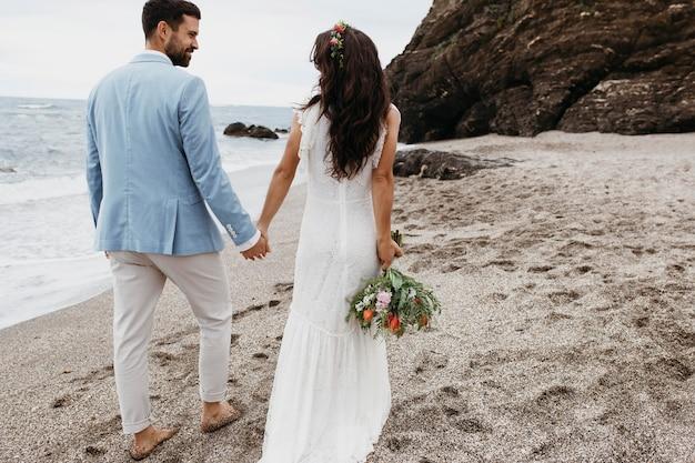Jong stel met een strandhuwelijk