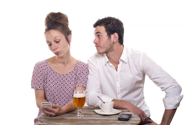 Jong stel met hun telefoons is ontevreden