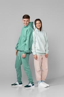 Jong stel met mintgroene casual hoodie