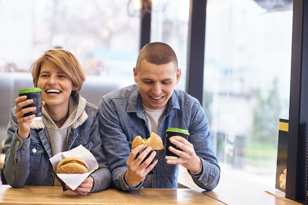 Jong stel ontmoette elkaar in fastfood om hamburgers te eten