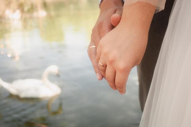 Jong stel op de trouwdag aan het meer
