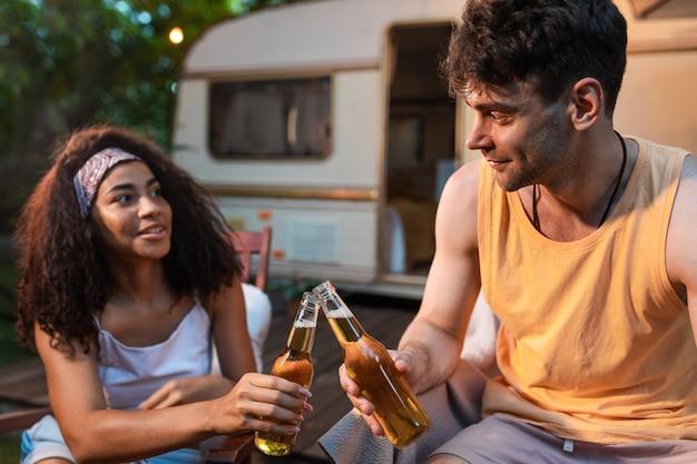 Jong stel op vakantie met de camper. reizen met de autocaravan. concept over reislustige roadtrips en levensstijl op vakantie