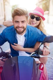 Jong stel tijdens het rijden op een scooter