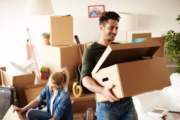 Jong stel verhuist naar een huis