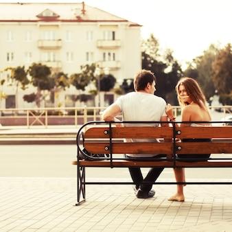 Jong stel zat op een bankje in de stad