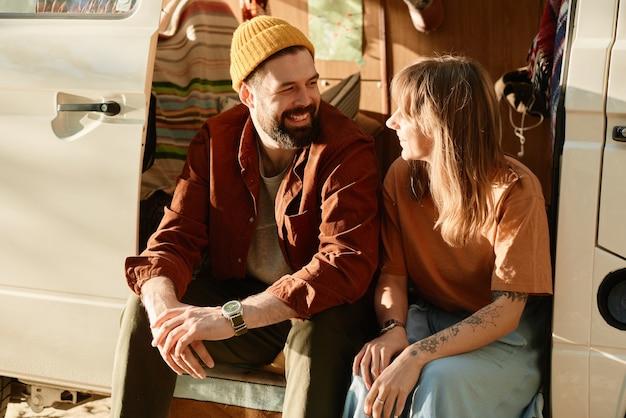Jong stel zit in de bus en praat met elkaar, ze brengen tijd buitenshuis door