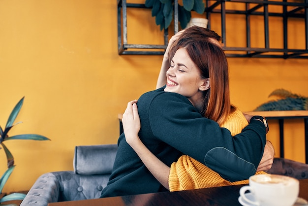 Jong stel zit in een restaurant te chatten met daten