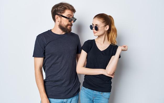Jong stel zwarte t-shirts zonnebril studio emoties romantiek