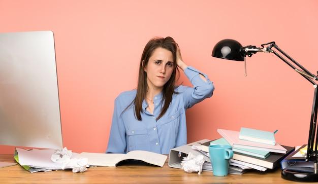 Jong studentenmeisje met een uitdrukking van frustratie en niet begrijpend