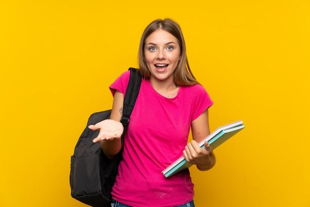 Jong studentenmeisje met geschokte gelaatsuitdrukking