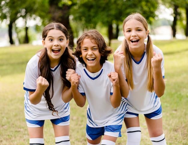 Jong team dat blij is na het winnen van een voetbalwedstrijd