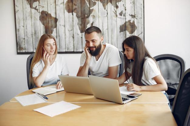 Jong team dat samenwerkt en laptop gebruikt