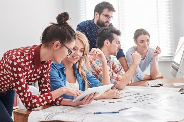 Jong team van architecten dat aan een nieuw project werkt