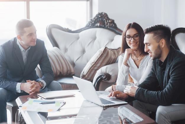 Jong team van collega's die geweldige zakelijke bespreking maken in een modern coworking-kantoor. teamwork mensen concept