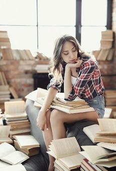 Jong tienermeisje dat een boek thuis leest