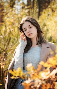 Jong tienermeisje in het de herfstbos. herfst kleuren. levensstijl. herfst stemming. woud