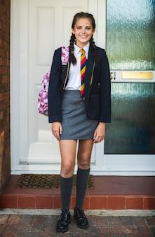 Jong tienermeisje klaar voor school
