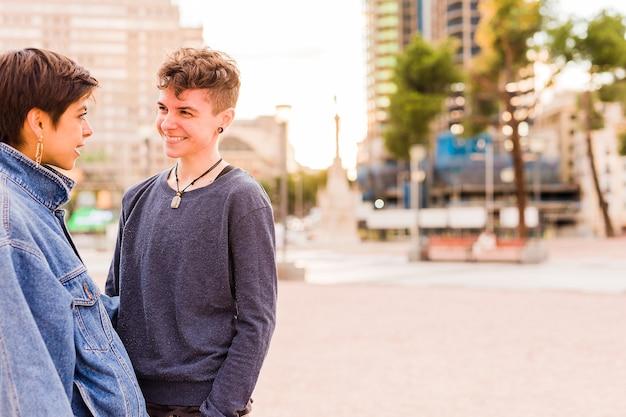Jong tomboy lesbisch koppel androgyne niet-binaire transgender en een spaanse vrouw met kort haar