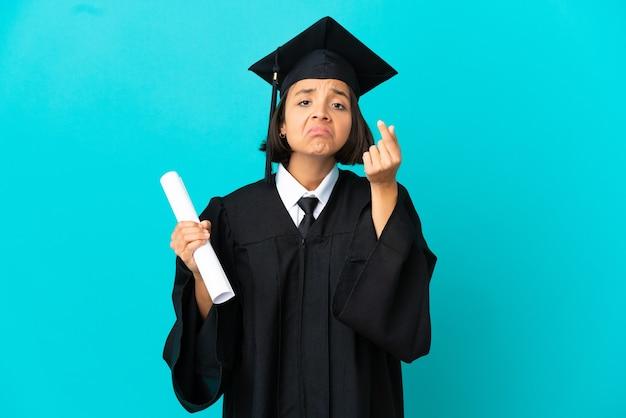 Jong universitair gediplomeerd meisje dat over geïsoleerde blauwe achtergrond italiaans gebaar maakt Premium Foto