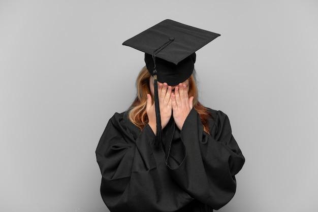 Jong universitair gediplomeerd meisje over geïsoleerde achtergrond met vermoeide en zieke uitdrukking