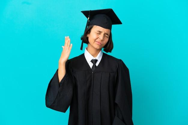 Jong universitair gediplomeerd meisje over geïsoleerde blauwe achtergrond met vermoeide en zieke uitdrukking